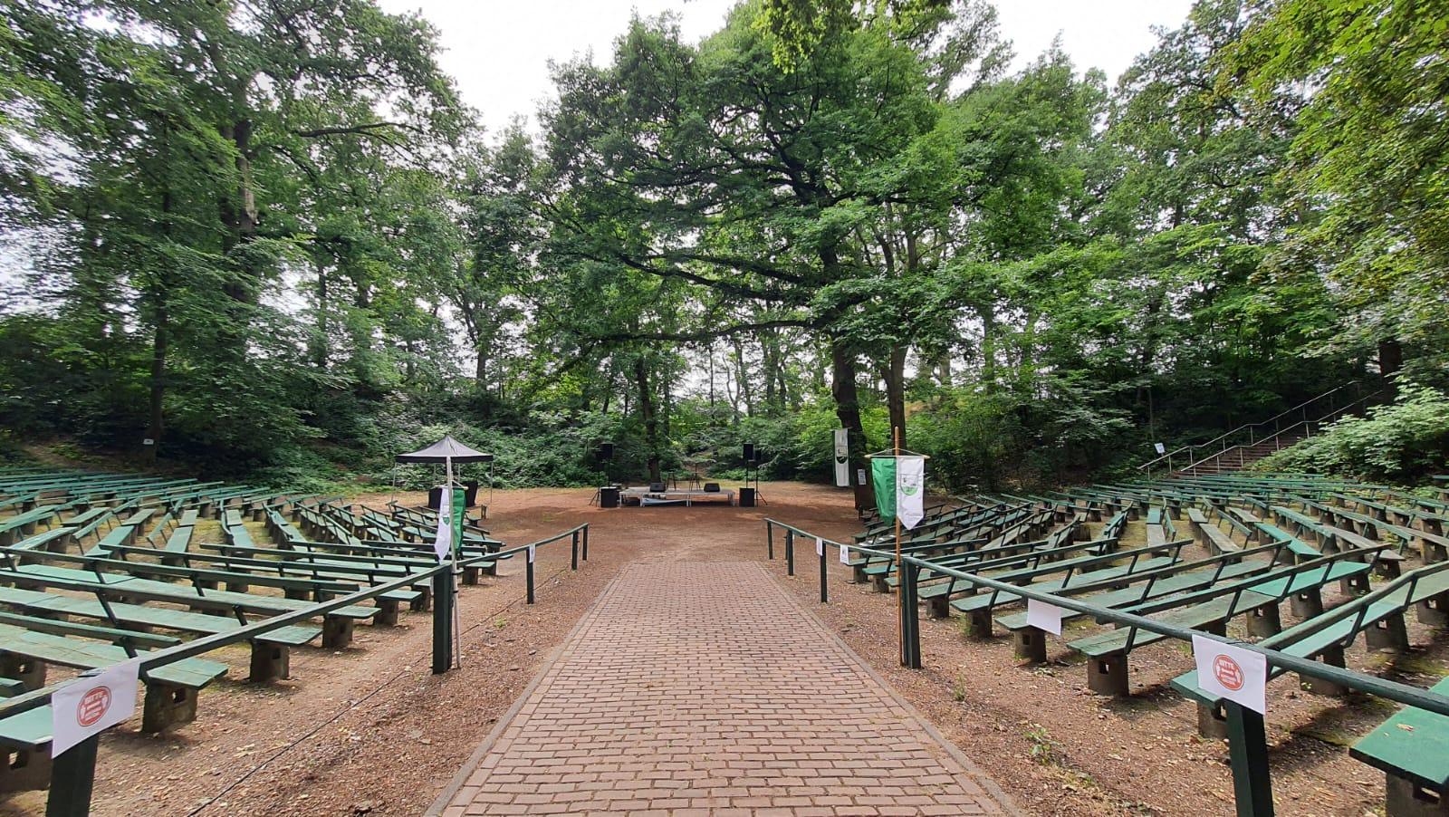 Blick auf die Bühne im leeren Amphitheater Xanten-Birten.